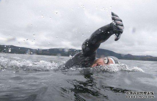 英冒�U家海中游泳74天打破�L距�x游泳世界�o�