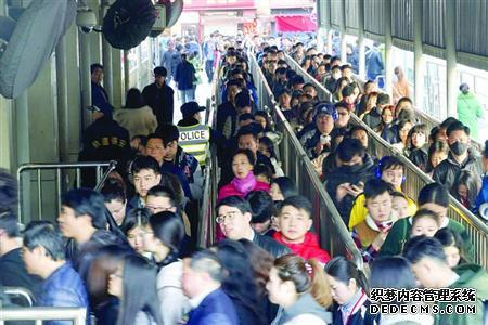 上海地铁3号线殷高西路站早高峰上演现实版贪吃蛇 排队是常事