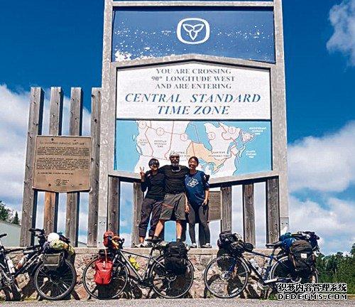 陈琼华(左)与骑友Richard Roussy(中)、Yuki Kamito在旅途中穿越时区。(加拿大《星岛日报》受访者提供)