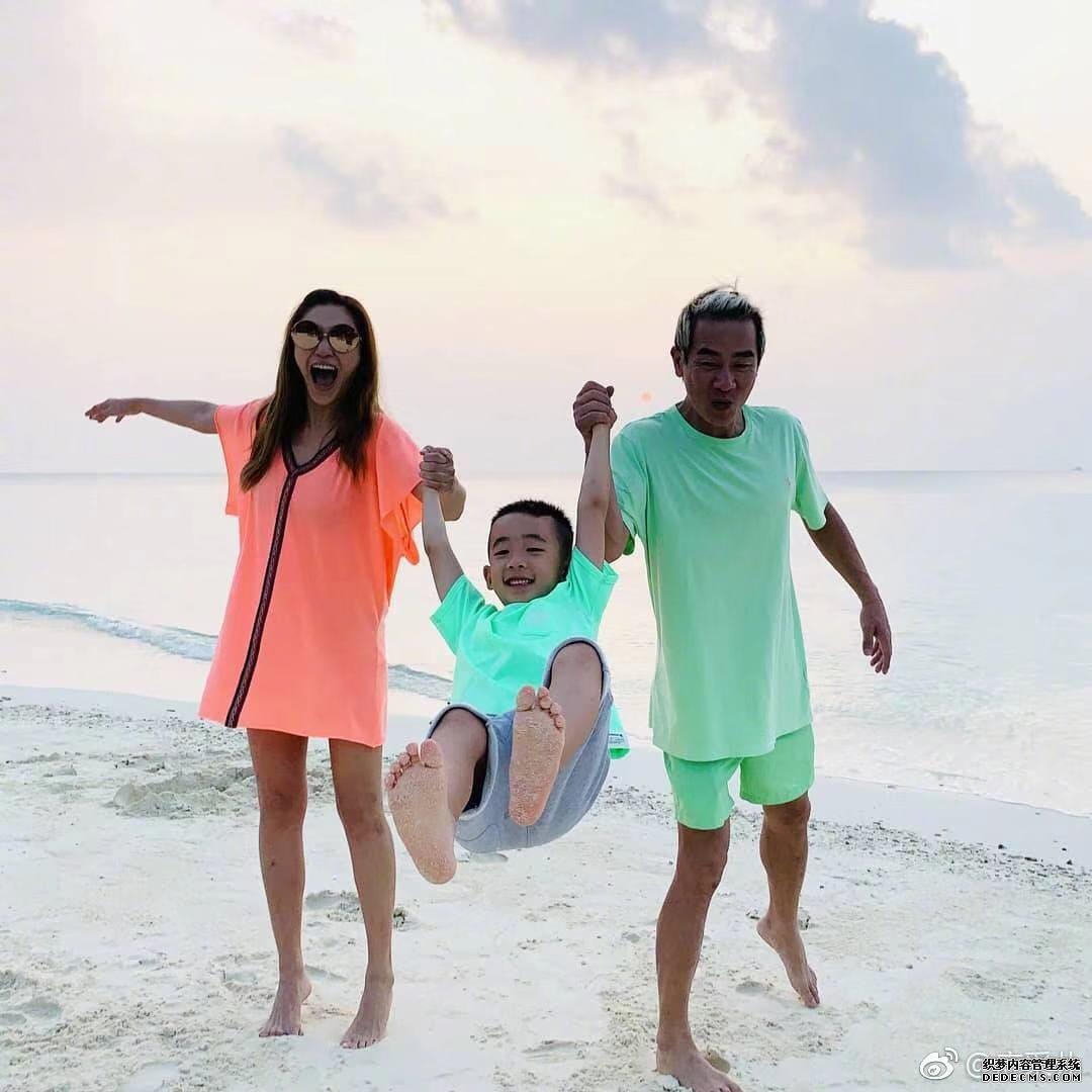 """陈小春应采儿晒家人合照黑成碳,网友:""""这是在非洲海滩吗"""""""