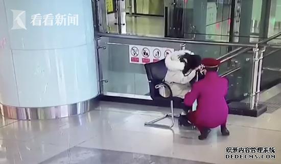 女生未穿秋裤痛倒地铁站 网友:不能让我妈看到