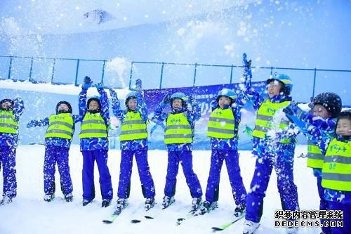 滑雪少年们不仅学习基本技巧,还在教练手把手的指导下,练习C型转弯、S型转弯、犁式/半犁式制动,而引伸交换承重脚、斜滑降练习等,则让少年们向更高层次进阶。