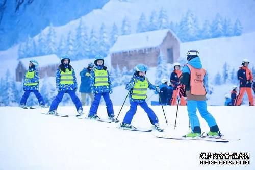 开营仪式中,滑雪少年相聚在一起,不仅对滑雪姿势、滑雪装备会有基础的认知,还能通过互动小游戏结识一群滑雪小伙伴,在世界乐园里不断进步成长。