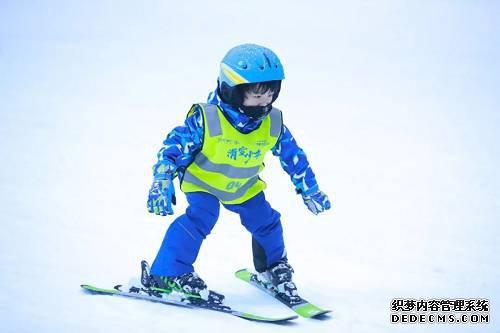 在南国滑雪训练营中,滑雪少年们将历经开营、训练、结营,在速度与激情的飞驰中,接受并完成全新的滑雪挑战。
