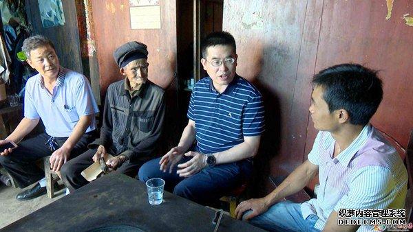 瓮安县领导走访慰问困难老党员