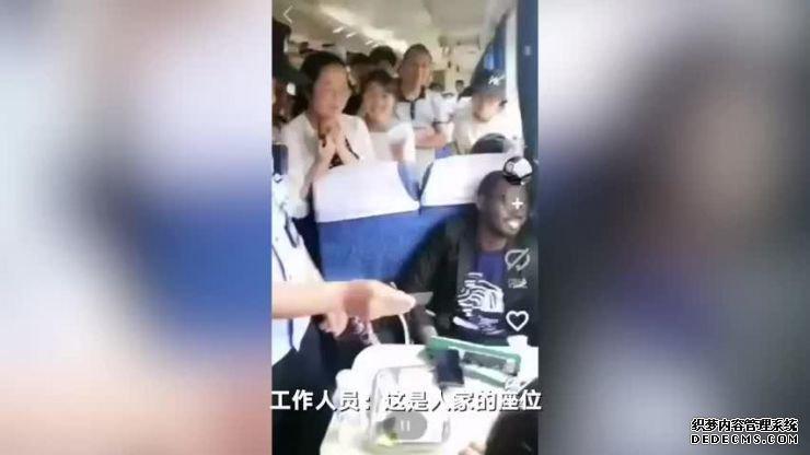 外籍男子火车上霸座。图片来源:北京《新京报》视频截图。