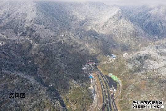 四川雅康高速发生塌方导致道路中断 造成1人死亡