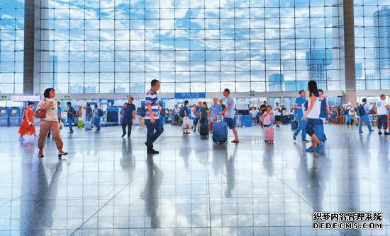 九月十二日,乘客们在成都东站候车大厅准备出发。