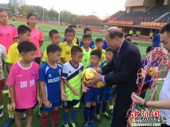 新任香港足球总会主席贝钧奇(黑衣者)亲自率队出战 岳冠莲 摄